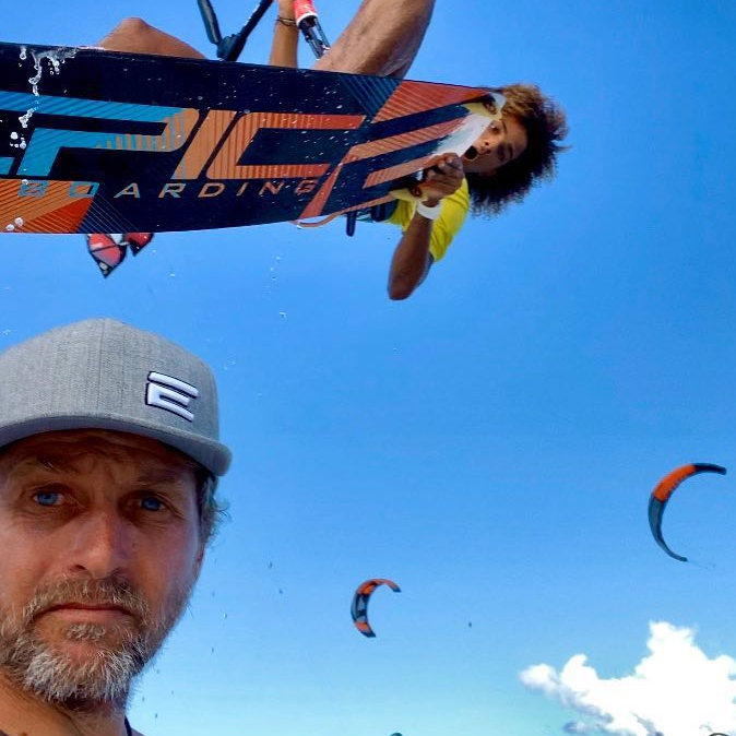Waiting for my turn while Nisael the owner of the KITEBAR restaurant/bar here in Cabarete is having an epic time on the SCREAMER 14 and DROID board. @the_kiterspot #epickites #kitesurfing