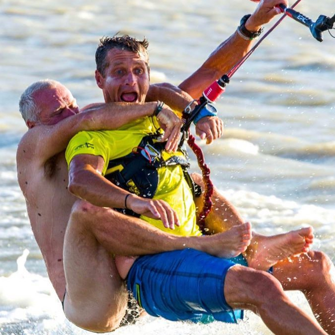 Just so you know this is not what the DIMITRI BOOT CAMP is all about. He had to pay extra for this 😏👍#epickites #kitesurfing #dimitribootcamp @blastkiteboarding #gustavschmiegephotography